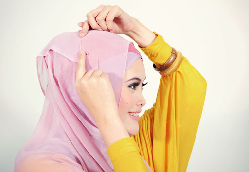 Sematkan bros pada ujung jilbab yang baru saja Anda sematkan ke atas ...